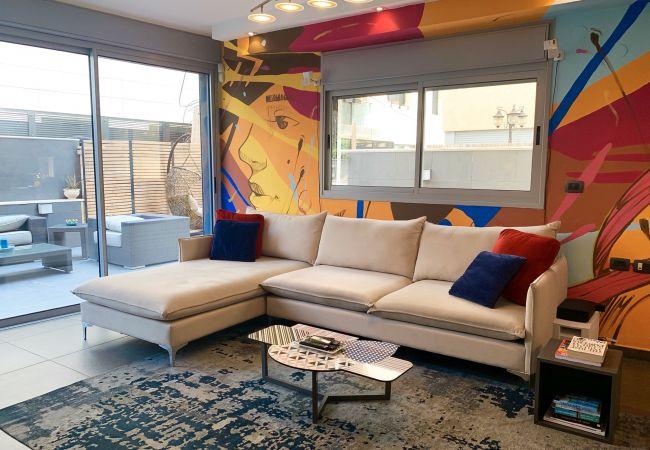 Apartamento em Tel Aviv - Jaffa - Enormous Terrace on Hayarkon, Jacuzzi & on Beach!